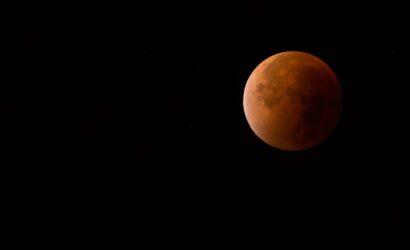 Bijna geheel verduisterde maan (Mark Grob)